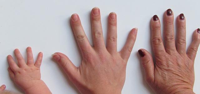 Hände und Fingernägel über Generationen