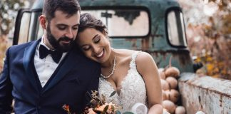 Hochzeitspaar-auf-Auto